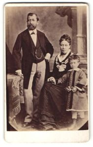 Fotografie unbekannter Fotograf, unbekannter Ort, Portrait Ehepaar mit ihrem Kind