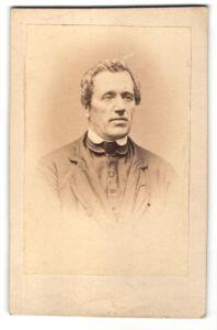 Fotografie unbekannter Fotograf, unbekannter Ort, Portrait Mann im Anzug