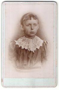 Fotografie unbekannter Fotograf, unbekannter Ort, Portrait Mädchen im Kleid mit kurzem Pony