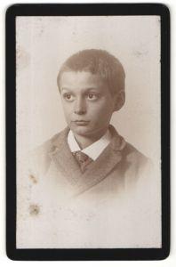 Fotografie unbekannter Fotograf, unbekannter Ort, Portrait Junge mit Kurzhaarschnitt