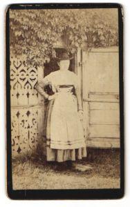 Fotografie unbekannter Fotograf, unbekannter Ort, Portrait Frau im Kleid