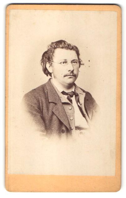 Fotografie J. Strobel, Kempten, Portrait Mann mit Bart und Brille