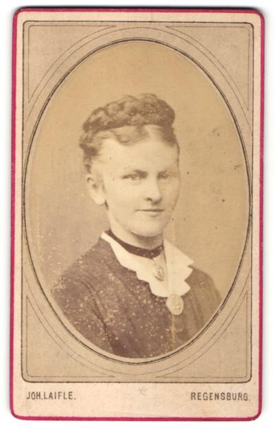 Fotografie Joh. Laifle, Regensburg, Portrait Frau mit geflochtenem Haar