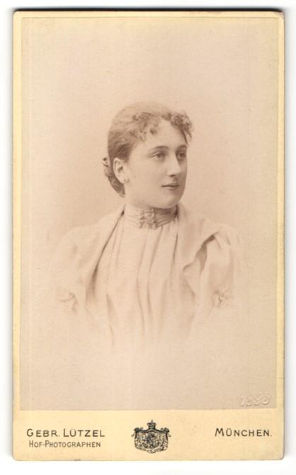 Fotografie Gebr. Lützel, München, Portrait hübsche Frau mit weissem Kleid