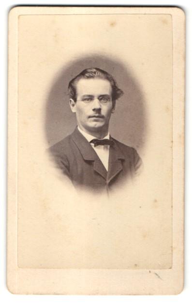 Fotografie G. Presslein, Ansbach, Portrait Mann mit Brille und Fliege