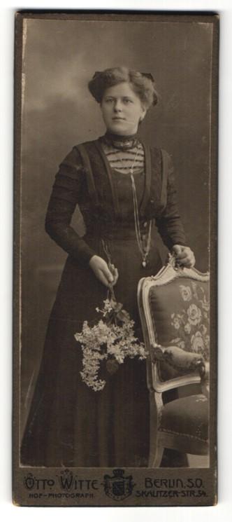 Fotografie Otto Witte, Berun, Portrait junge Frau im schwarzen Kleid mit Blumen