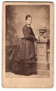Fotografie J. S. Schroeder, Annaberg i. / S., Portrait Frau mit Hochsteckfrisur in zeitgenössischem Kleid