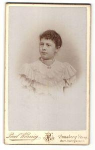 Fotografie Paul Körnig, Annaberg i. / Erzg., Portrait Frau mit Perlenkette im weissen Spitzenkleid