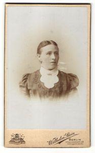 Fotografie Wilhelm Stein, Berlin, Portrait Frau mit Mittelscheitel im bürgerlichen Kleid