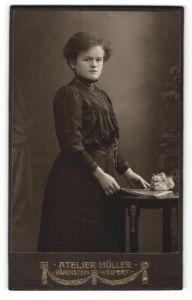 Fotografie Atelier Müller, Bärenstein / Weipert, Portrait Frau in bürgerlicher Kleidung mit Halskette