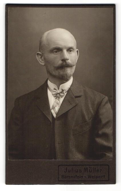 Fotografie Julius Müller, Bärenstein / Weipert, Portrait Mann mit Bart und Fliege im Anzug