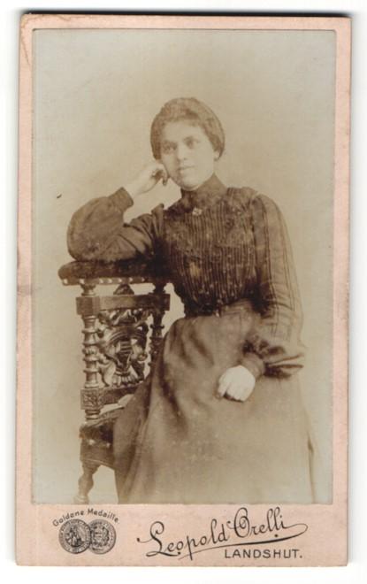 Fotografie Leopold Orelli, Landshut, Portrait junge Frau im edlen Kleid auf einem Stuhl