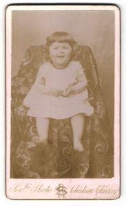 Fotografie Chateau Thierry, Paris, Portrait lachendes kleines Mädchen mit Löckchen