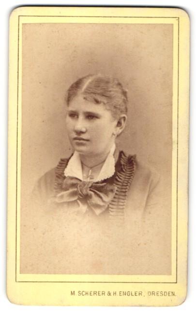 Fotografie M. Scherer & H. Engler, Dresden, Portrait hübsche junge Frau in edler Bluse mit Kragenschleife