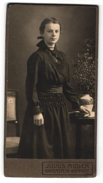 Fotografie Julius Müller, Bärenstein, Portrait junge Dame im edlen Kleid