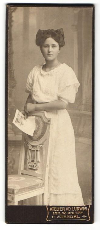 Fotografie Atelier Ad. Ludwig, Stendal, Portrait junge Frau mit Haarschleife im weissen Kleid