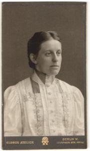 Fotografie Atelier Globus, Berlin, Portrait hübsches Fräulein in elegant bestickter Bluse mit zurückgebundenem Haar