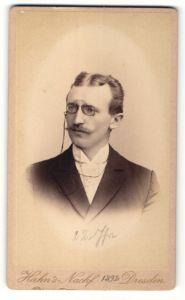 Fotografie Hahn's Nachf., Dresden, Portrait junger Mann mit Mittelscheitel und Zwicker