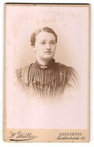 Fotografie W. Müller, Magdeburg, Portrait brünette junge Schönheit mit Brosche in gerüschter Bluse