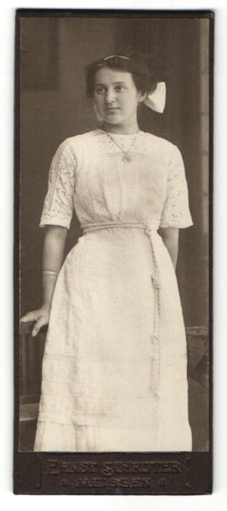 Fotografie Ernst Schröter, Meissen, Portrait dunkelhaariges Fräulein mit weisser Haarschleife und Halskette