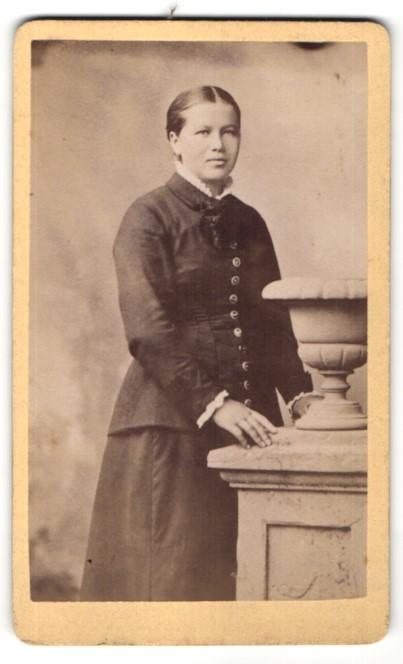 Fotografie Unbekannter Fotograf, Unbekannter Ort, Portrait Frau in zeitgenössischer Kleidung mit zurückgebundenem Haar