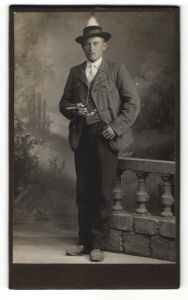 Fotografie Unbekannter Fotograf, Unbekannter Ort, Portrait Mann mit Hut und Zigarre in zeitgenössischer Kleidung