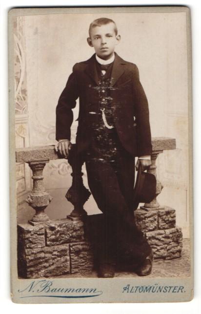 Fotografie N. Baumann, Altomünster, Portrait Junge mit Fliege und Taschenuhr im Anzug