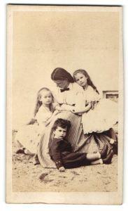 Fotografie unbekannter Fotograf und Ort, Portrait gutbürgerliche Mutter mit drei Kindern