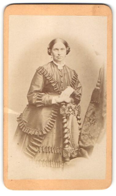 Fotografie M. Keller, Augsburg, Portrait Dame in feierlicher Kleidung