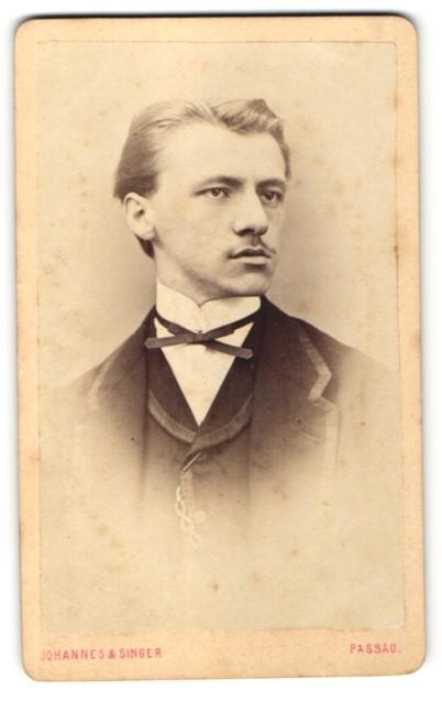 Fotografie Johannes & Singer, Passau, Portrait junger Herr mit zurückgekämmtem Haar