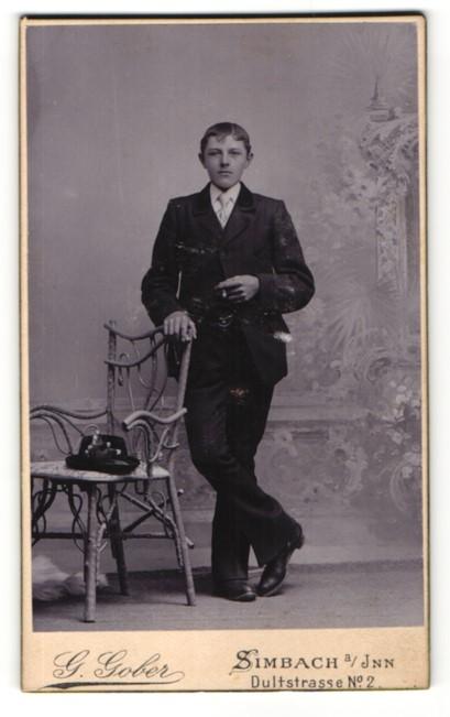 Fotografie G. Gober, Simbach i/Inn, Portrait halbwüchsiger Knabe in feierlicher Kleidung