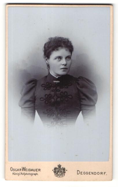 Fotografie Oscar Weidauer, Deggendorf, Portrait junge Dame in zeitgenöss. Garderobe