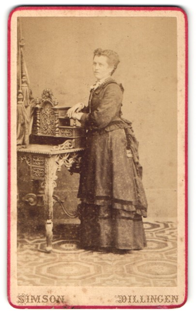 Fotografie Simson, Dillingen, Portrait Portrait junge Frau in festlicher Garderobe