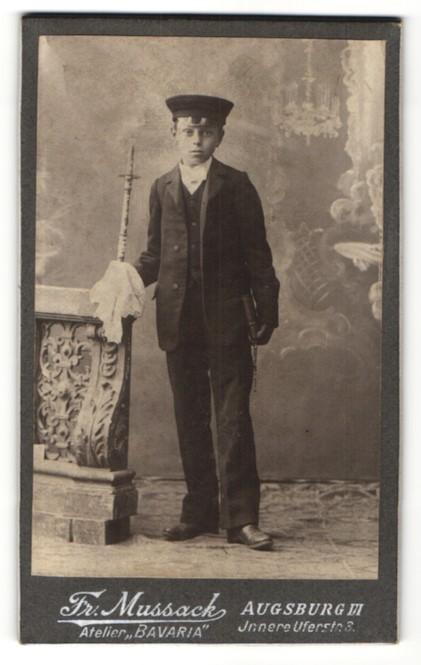 Fotografie Fr. Nussack, Augsburg, Portrait Knabe in feierlicher Kleidung
