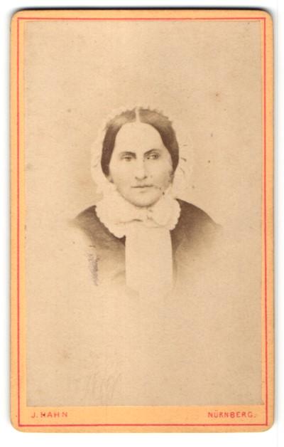 Fotografie J. Hahn, Nürnberg, Portrait Frau mit zeitgenöss. Frisur, Mutter von 13