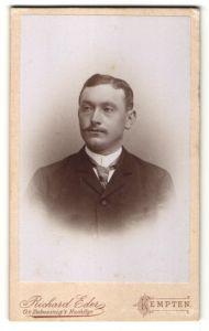 Fotografie Richard Eder, Kempten, Portrait junger Herr mit Seitenscheitel