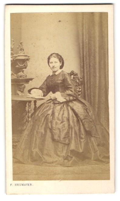 Fotografie Franz Neumayer, München, Portrait Mädchen in zeitgenöss. Kleid