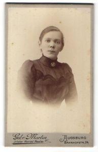 Fotografie Gebr. Martin, Augsburg, Portrait charmantes Fräulein mit Brosche in besticker Bluse