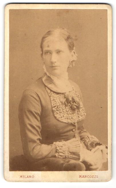 Fotografie Carlo Marcozzi, Milano, Portrait blondes Fräulein in elegant gerüschter Bluse