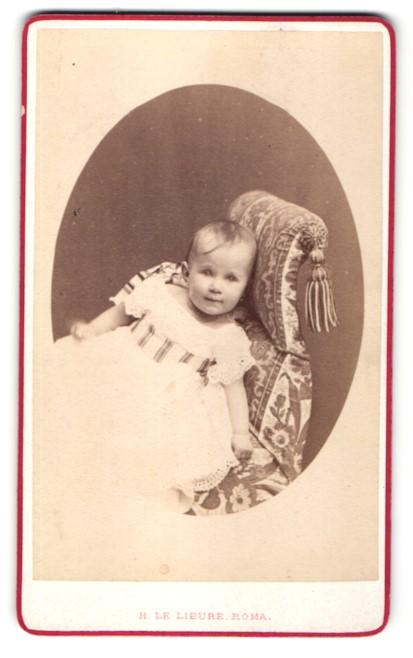 Fotografie H. le Lieure, Roma, Portrait zuckersüsses blondes Mädchen im weissen Kleidchen