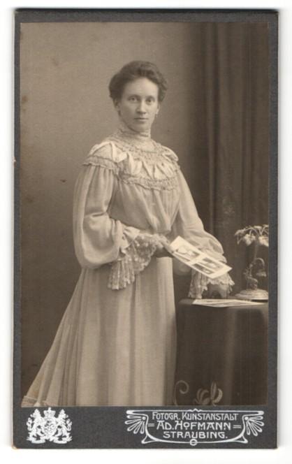 Fotografie Ad. Hofmann, Straubing, Portrait dunkelhaarige Schönheit im elegant bestickten und gerüschtem Kleid