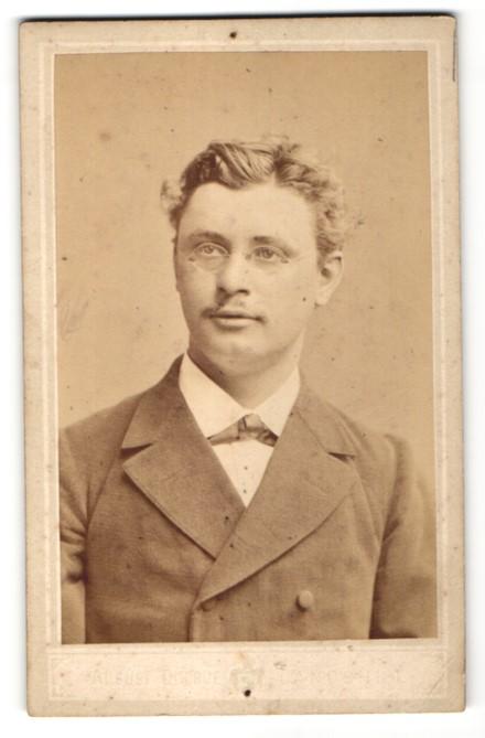 Fotografie August Ducrue, Landshut, Portrait hübscher junger Mann mit Brille im eleganten Jackett