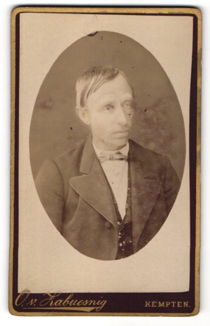 Fotografie O. v. Zabuesnig, Kempten, Portrait charmanter Herr mit Schleife im eleganten Jackett