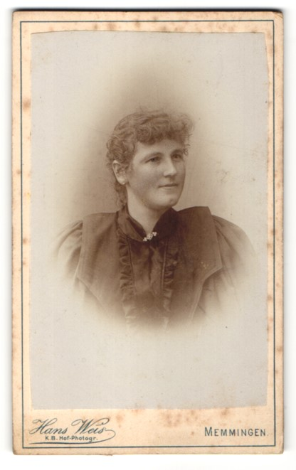 Fotografie Hans Weis, Memmingen, Portrait lächelnde junge Frau mit Brosche