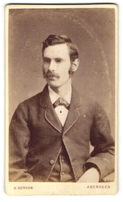 Fotografie H. Gordon, Aberdeen, Portrait dunkelhaariger junger Mann mit Schnurrbart