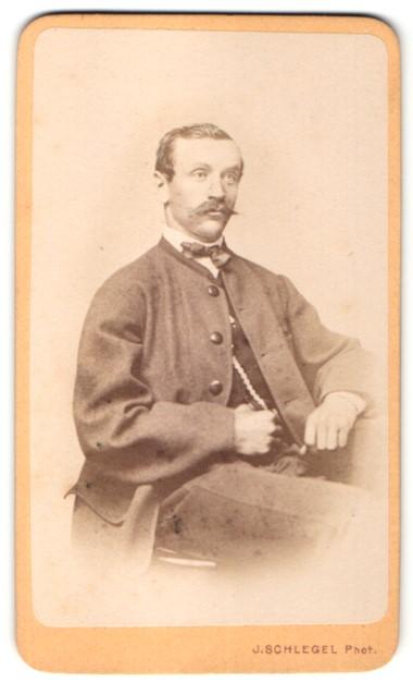 Fotografie J. Schlegel, Reichenberg, Portrait charmanter blonder Mann mit Oberlippenbart im eleganten Anzug