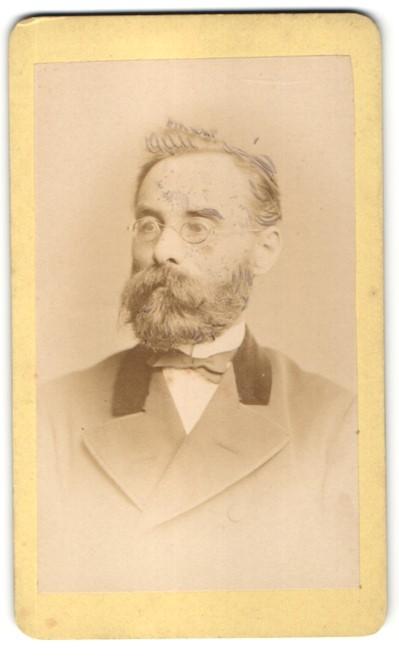 Fotografie M. Keller, Augsburg, Portrait charmanter betagter Herr mit Brille und Vollbart
