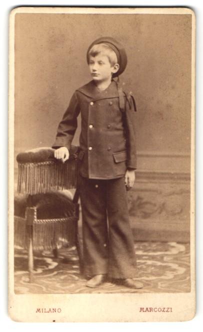Fotografie Carlo Marcozzi, Milano, Portrait hübscher Junge mit Hut im Anzug