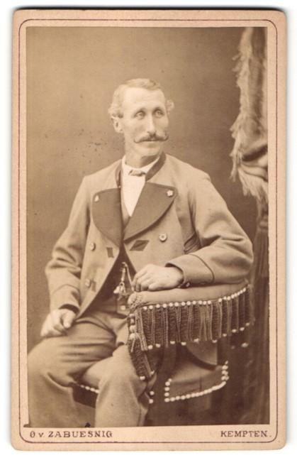 Fotografie O. v. Zabuesnig, Kempten, charmanter betagter Herr mit Schnurrbart im Anzug