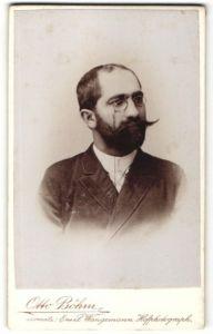 Fotografie Otto Böhm, Passau, Portrait dunkelhaariger Herr mit Zwicker und Vollbart